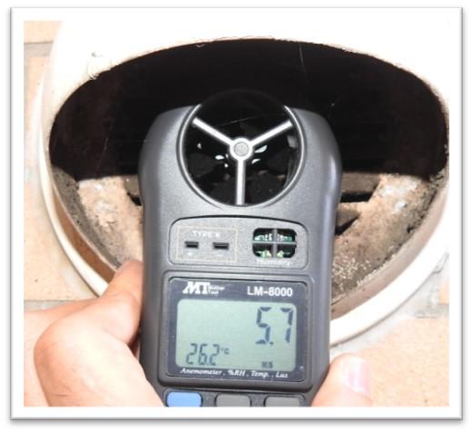 換気口の風量を測定した写真
