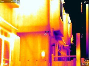 外部から撮影した筋交いの赤外線写真(東京都)